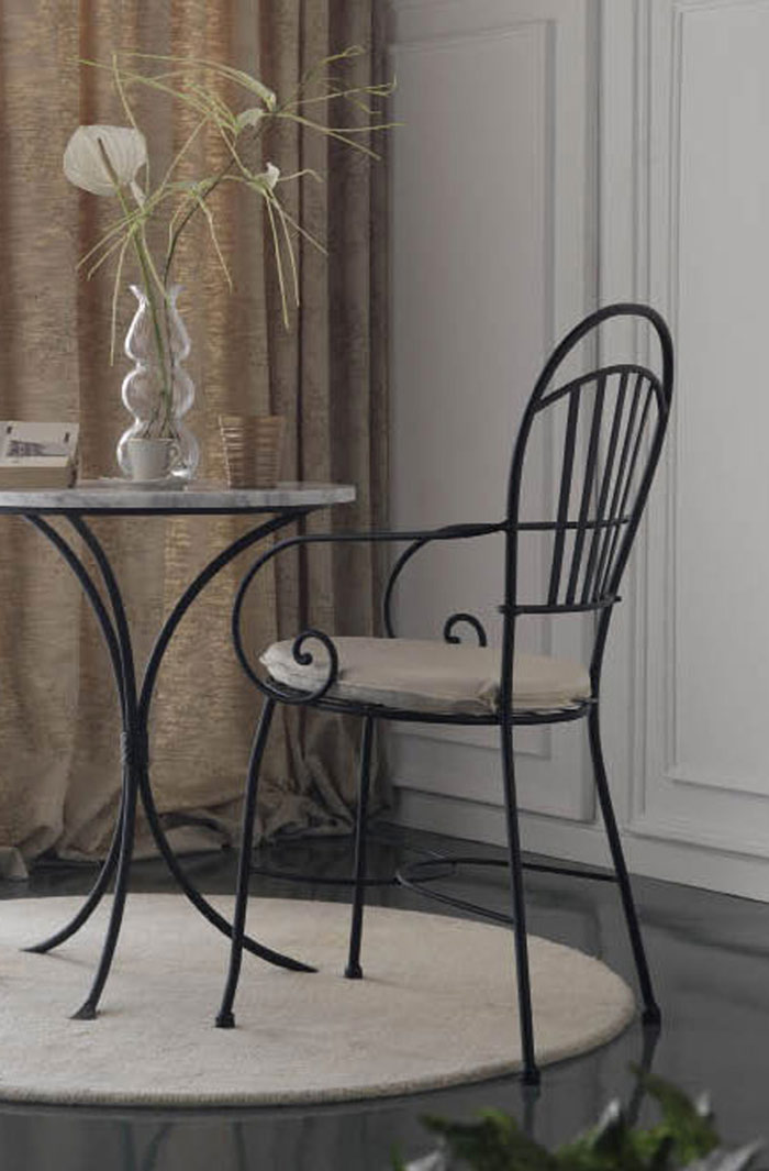 Une chaise en fer forgé de qualité artisanale au design épuré