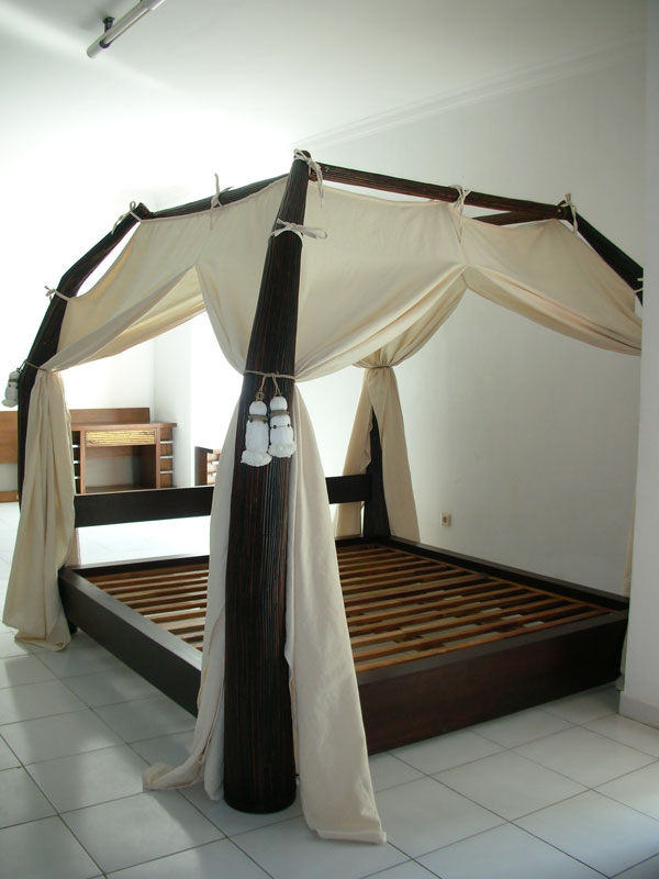 lit baldaquin bois sarang buaya. Black Bedroom Furniture Sets. Home Design Ideas