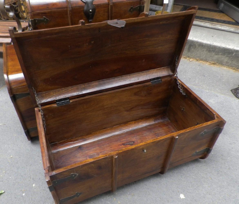 malle en bois de palissandre avec ferrure en m tal vieilli. Black Bedroom Furniture Sets. Home Design Ideas