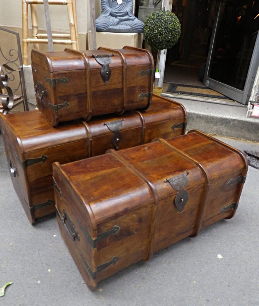 malle en bois de palissandre avec ferrure en m tal vieilli cisel et clout. Black Bedroom Furniture Sets. Home Design Ideas