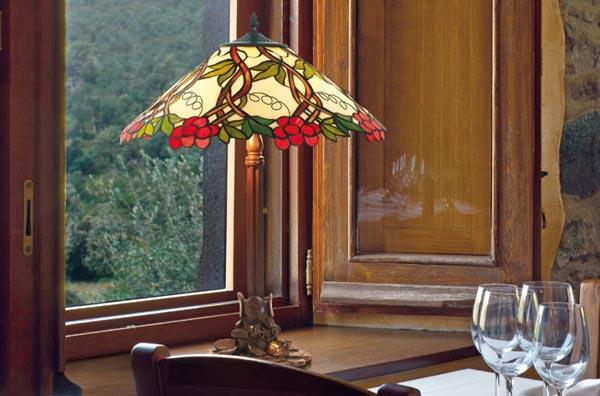 Lampe style Tiffany, lampe à poser près de la fenêtre (mise en ambiance)
