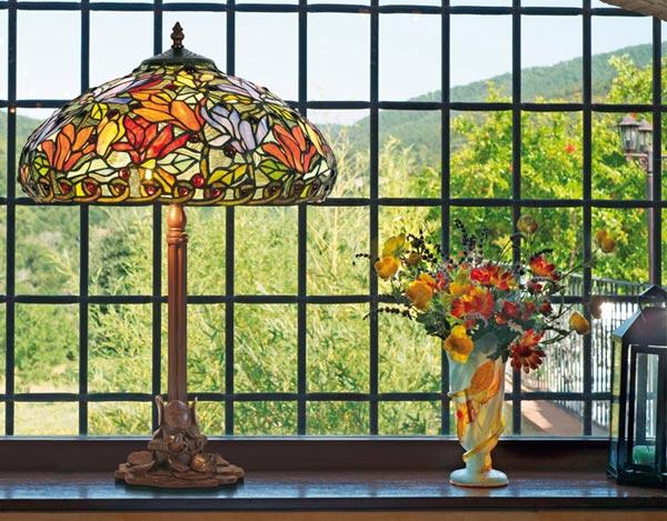 Lampe style Tiffany près de la fenêtre