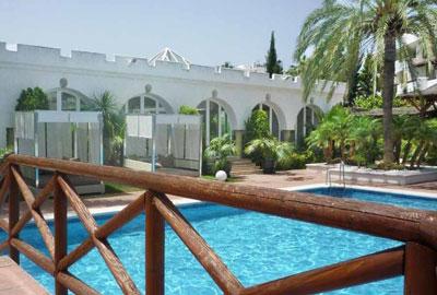 Ambiance - Lit de jardin près de la piscine (vue 1)