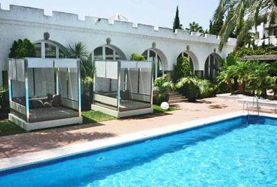 Ambiance - Lit de jardin près de la piscine (vue 2)